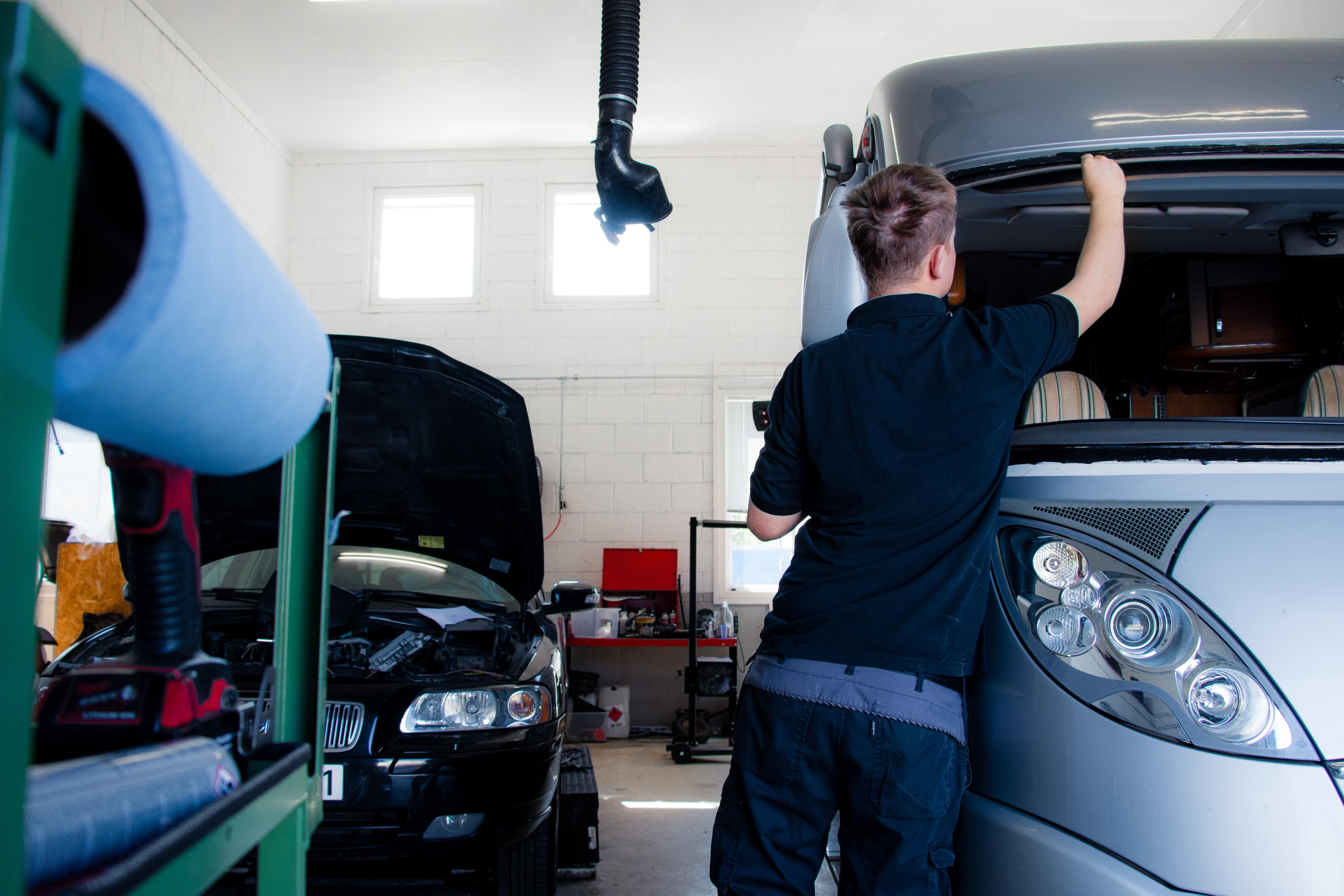Mekaniker fikser bobil og personbil